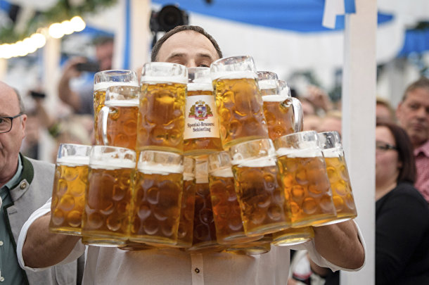 Пиво во время фестиваля в Абенсберге