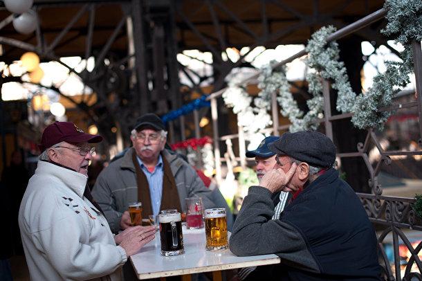Люди пьют пиво в Будапеште