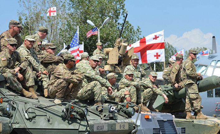 Американские и грузинские солдаты во время военных учений Noble Partner в Грузии