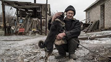62-летний Александр Васильев со своей собакой в Донецкой области