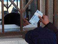 Мужчина получает деньги из банка в Триполи, Ливия
