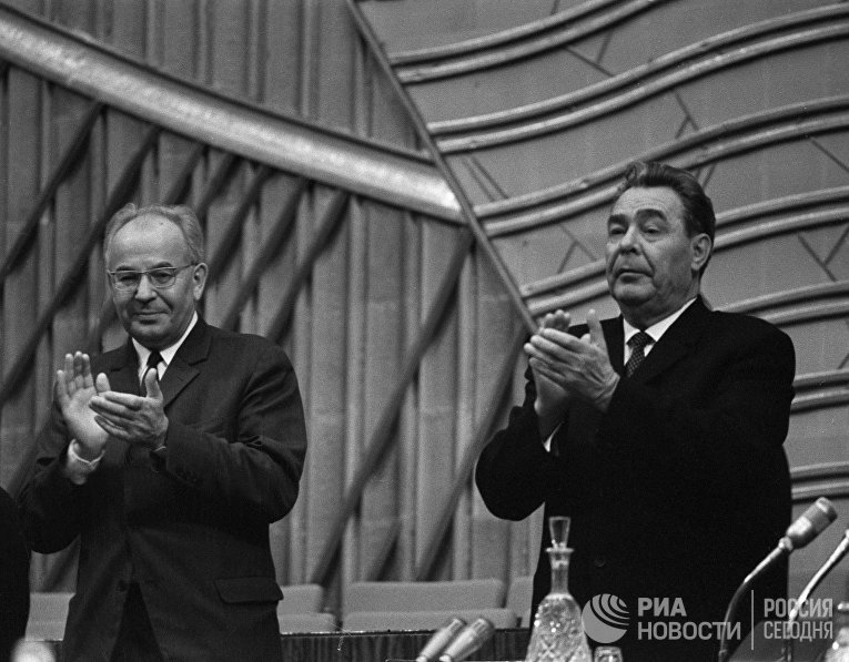 Генеральный секретарь ЦК КПСС Леонид Брежнев (справа) и Первый секретарь ЦК Коммунистической партии Чехословакии Густав Гусак