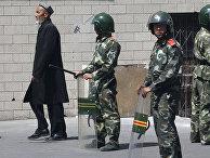 Уйгурский мужчина в китайском городе Урумчи