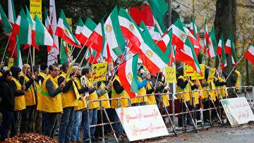 Участники акции против повышения цен на бензин в Иране