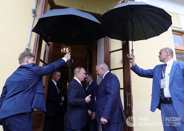 Президент РФ Владимир Путин и президент Белоруссии Александр Лукашенко