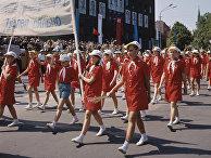 Эстонская ССР. Песенный праздник в Таллине. На площади Победы (ныне Свободы) проходят колонны школьников, юных певцов и музыкантов