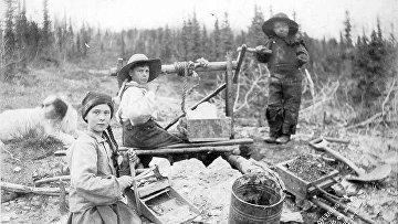 Дети работают на золотом руднике в Калифорнии, 1898 год.