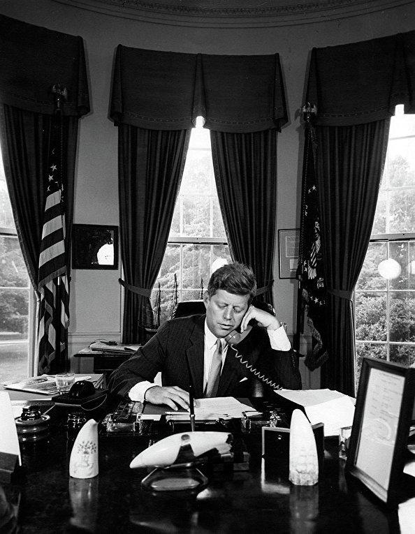 Президент Джон Кеннеди разговаривает по телефону