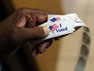 Волонтер на избирательном участке в Тоусоне, штат Мэриленд, США