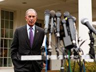 Майкл Блумберг готовится выступить перед журналистами после встречи с Байденом в Белом доме в Вашингтоне