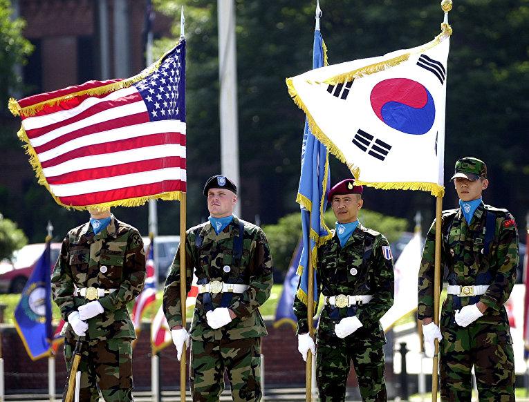 Южнокорейские и американские солдаты во время церемонии на американской военной базе в Сеуле