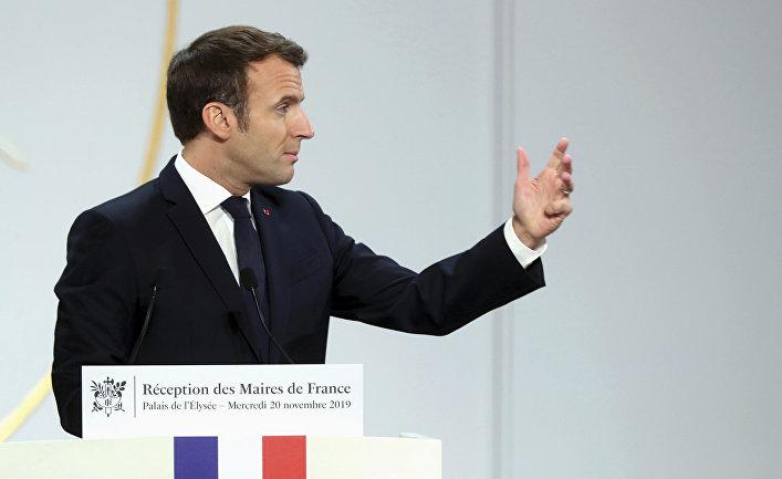 Президент Франции Эммануэль Макрон выступает с речью в Елисейском дворце