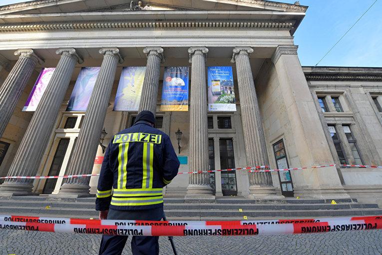 Полицейский у сокровищницы в Дрездене, откуда украли драгоценности на 1 млрд евро