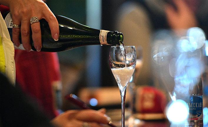 Бокал с игристым вином