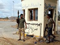 Правительственные военные на линии фронта в районе Салах-эд-Дин, Ливия