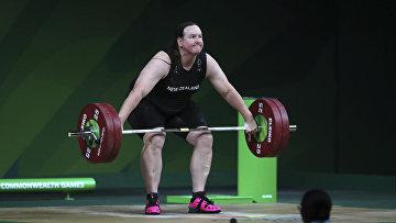 Трансгендер-штангистка Лорел Хаббард в финале женской тяжелой атлетики в Голд-Косте, Австралия