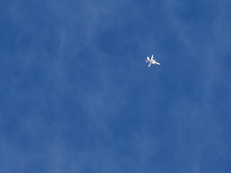 Сирийский истребитель во время авиаударов по деревне Бсакла в провинции Идлиб, Сирия