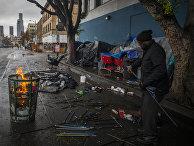 Бездомный на улицах Лос-Анжелеса, Калифорния, на День благодарения