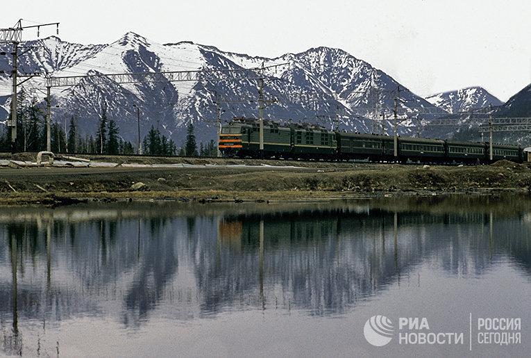 Поезд идет по Западному участку Байкало-Амурской магистрали в Иркутской области