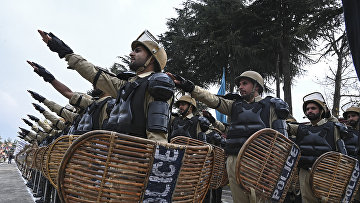 Сотрудники ОМОНа на окраине столицы Кашмира
