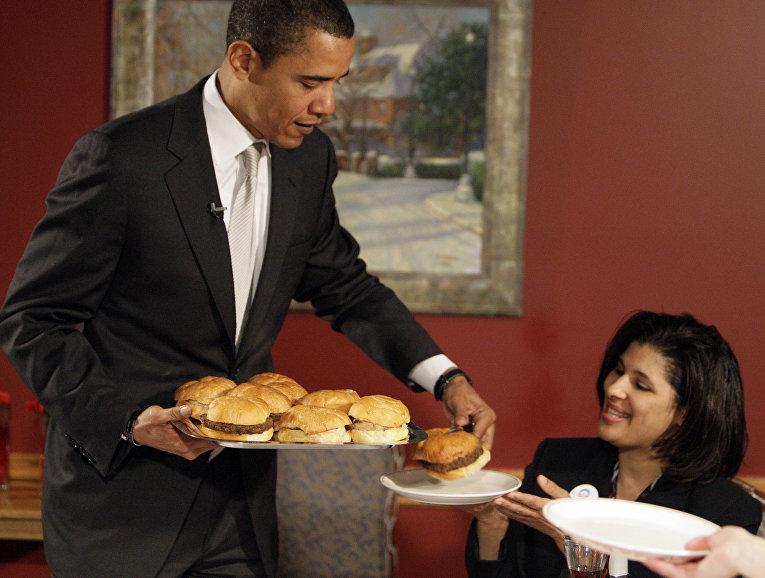 Барак Обама подает бургеры в кафе