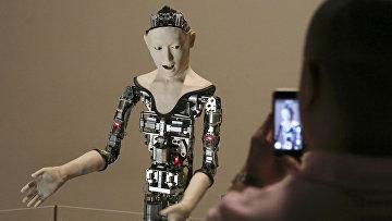 Посетитель фотографирует человекоподобного робота Alter в Национальном музее науки в Токио