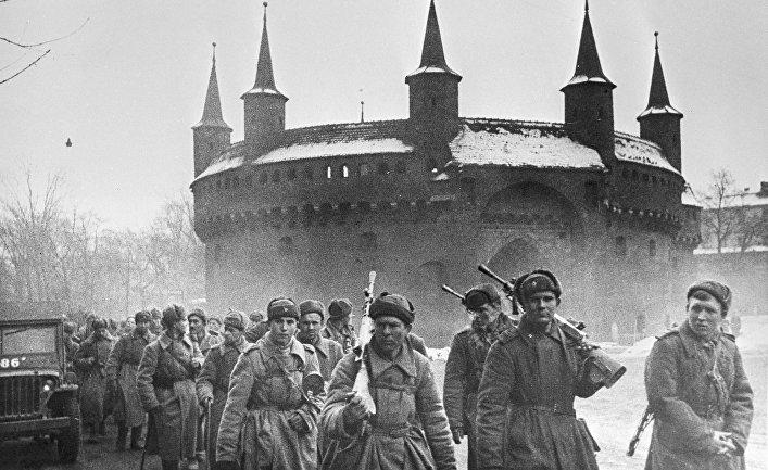Бойцы I Украинского фронта на одной из улиц Кракова. Освобождение Польши.