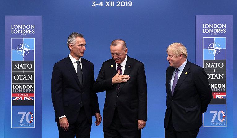 Генеральный секретарь НАТО Йенс Столтенберг, премьер-министр Великобритании Борис Джонсон и президент Турции Тайип Эрдоган на саммите лидеров НАТО