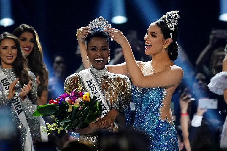 «Мисс Вселенная» прошлого года Катриона Грей надевает корону на голову новой победительницы Зозибини Тунци из ЮАР