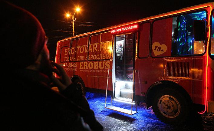 Мужчина у передвижного секс-шопа на одной из центральных улиц Калининграда