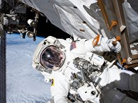 Астронавт Эндрю Морган во время выхода в открытый космос, для ремонта магнитного альфа спектрометра