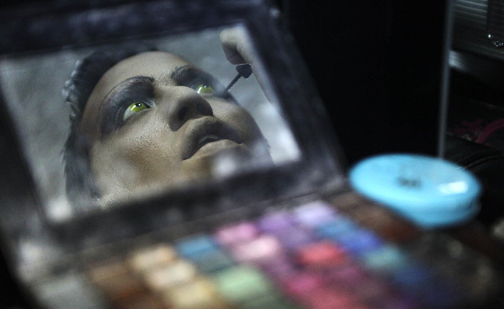 Трансгендер накладывает макияж