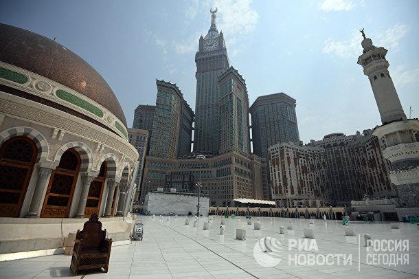 Вид на жилой комплекс Абрадж аль-Бейт с крыши мечети Масджид аль-Харам в Мекке