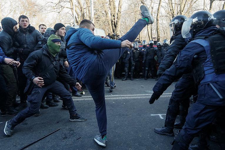 Столкновения с полицией во время акции протеста против земельной реформы в Киеве, Украина