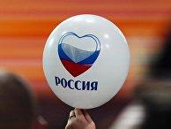 Воздушный шарик в руке журналистки