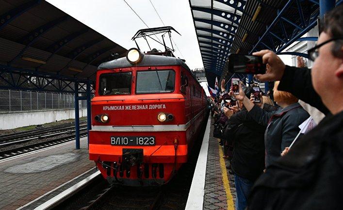 """Прибытие пассажирского поезда """"Таврия"""" в Крым"""