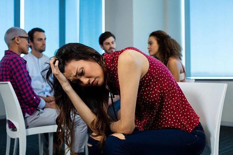 Женщина плачет во время делового совещания
