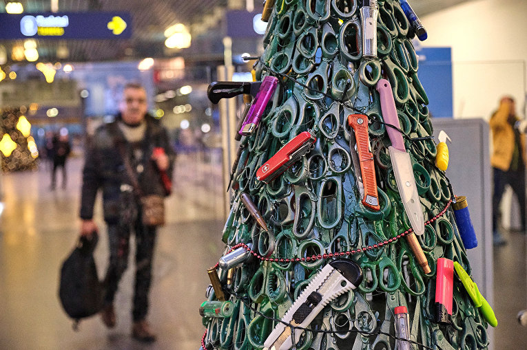 Рождественская елка из предметов конфискованных у пассажиров во время досмотра в аэропорту Вильнюса