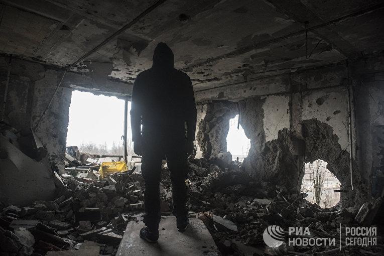 Мужчина в разрушенном доме в Киевском районе Донецка