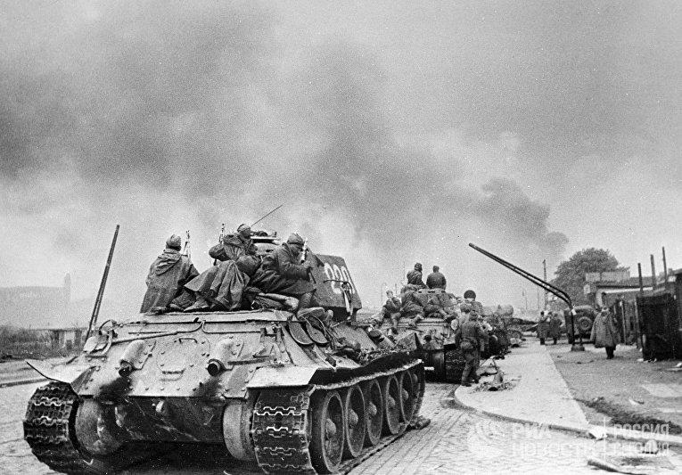 Советские бойцы на танках в Берлине.