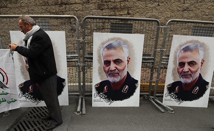 Протестующие во время демонстрации против убийства генерала Кассема Сулеймани в Стамбуле, Турция