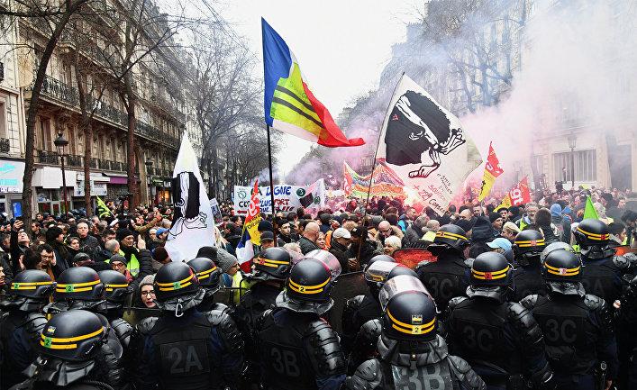Акция протеста в Париже против пенсионной реформы