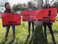 Адвокаты заключенных держат плакаты в поддержку прав заключенных на акции протеста в Джексоне, штат Миссиссипи