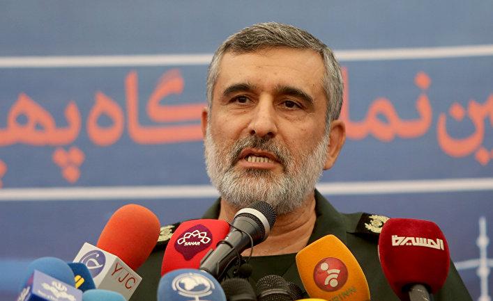 Иранский военачальник Амир Али Хаджизаде во время пресс-конференции