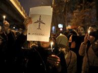 Участники акции памяти жертв авиакатастрофы в Тегеране, Иран