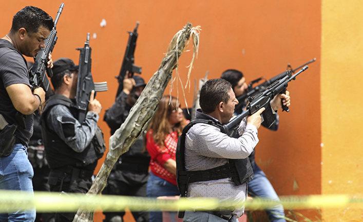 Мексиканская полиция штурмует здание в Тлахомулько-де-Зунига, штат Халиско, Мексика