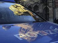 Здание Новой синагоги отражается в ветровом стекле полицейской машины, Берлин, Германия
