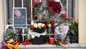 Цветы у посольства Ирана в Москве после убийства генерала Касема Сулеймани.