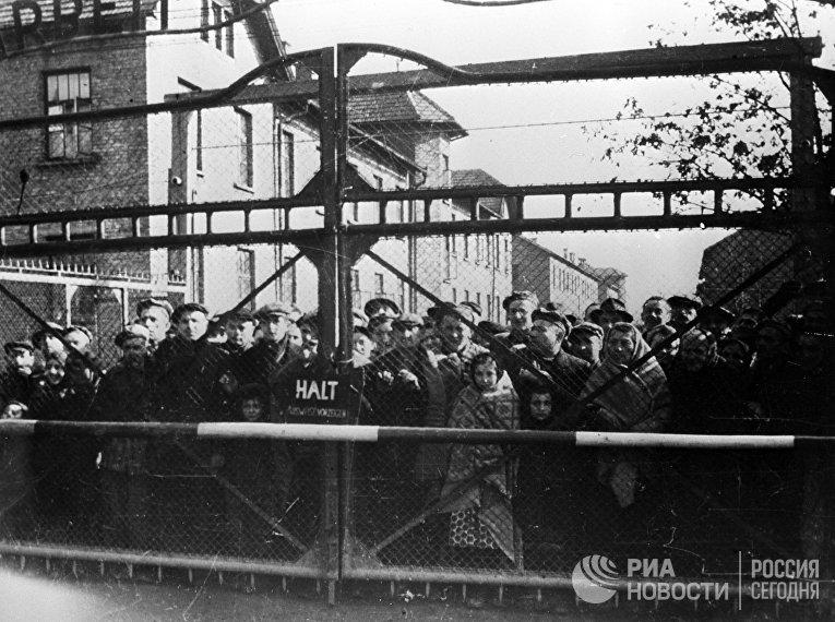 Узники Освенцима перед освобождением лагеря Советской Армией
