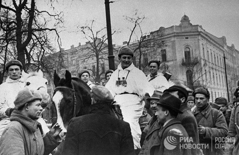 Жители освобожденного Кракова приветствуют советских солдат. Висло-Одерская операция, 12 января—3 февраля 1945 г.